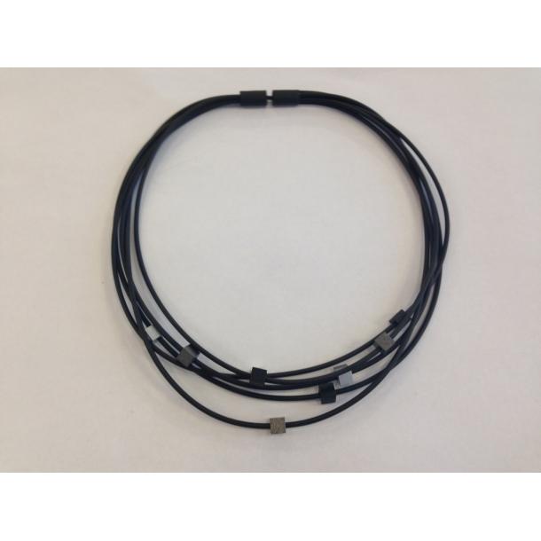 Halskæde m. sort/grå/sølv kuber